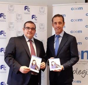 Los doctores Tejerina y Monterro con el folleto explicativo sobre cáncer de mama y salud bucodental
